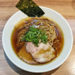 醤油らーめん(黒コショウ麺)